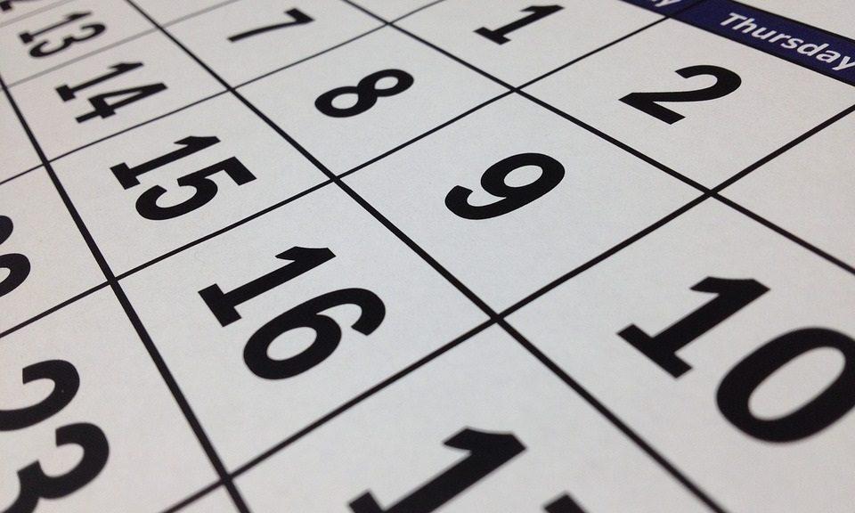 Vor- und Nachteile eines Kalenderjahres Der vielleicht größte Vorteil der Verwendung des Kalenderjahres ist die Einfachheit. Für Einzelunternehmer und kleine Unternehmen ist die Steuerberichterstattung oft einfacher, wenn das Steuerjahr des Unternehmens mit dem des Eigentümers übereinstimmt. Während jeder Einzelunternehmer oder jedes Unternehmen das Kalenderjahr als Geschäftsjahr festlegen kann , stellt der Internal Revenue Service (IRS) spezifische Anforderungen an Unternehmen, die ein anderes Geschäftsjahr verwenden möchten. Eine dieser Anforderungen ist, wann Steuererklärungen fällig sind. Das IRS verpflichtet Unternehmen, ihre Steuern am 15. Tag des dritten Monats nach dem Ende ihres Geschäftsjahres einzureichen. Wenn das Geschäftsjahr eines Unternehmens am 30. Juni endet, muss das Unternehmen seine Steuern bis zum 15. September einreichen. In bestimmten Branchen ist es sinnvoll, ein anderes Geschäftsjahr zu verwenden. Zum Beispiel wählen Saisonunternehmen, die den größten Teil ihres Umsatzes zu einer bestimmten Jahreszeit erzielen, häufig ein Geschäftsjahr, in dem Umsatz und Aufwand am besten übereinstimmen. Einzelhändler wie Walmart und Target verwenden ein Geschäftsjahr, das am 31. Januar endet, anstatt am 31. Dezember, da der Dezember der am stärksten frequentierte Monat ist, und sie ziehen es vor, bis zum Ende der Ferienzeit zu warten, um ihre Jahresabschlussbücher zu schließen. Unternehmen, die Investitionsgelder abrufen - sei es über Risikokapital- oder Crowdfunding-Plattformen -, finden es möglicherweise vorteilhaft, ein Geschäftsjahr zu verwenden. Wenn ein Unternehmen beispielsweise im November oder Dezember eine große Investition erhält, aber erst im Februar oder März größere Ausgaben anfallen, kann die Verwendung eines Kalenderjahres zu einer erheblichen Steuerbelastung führen.